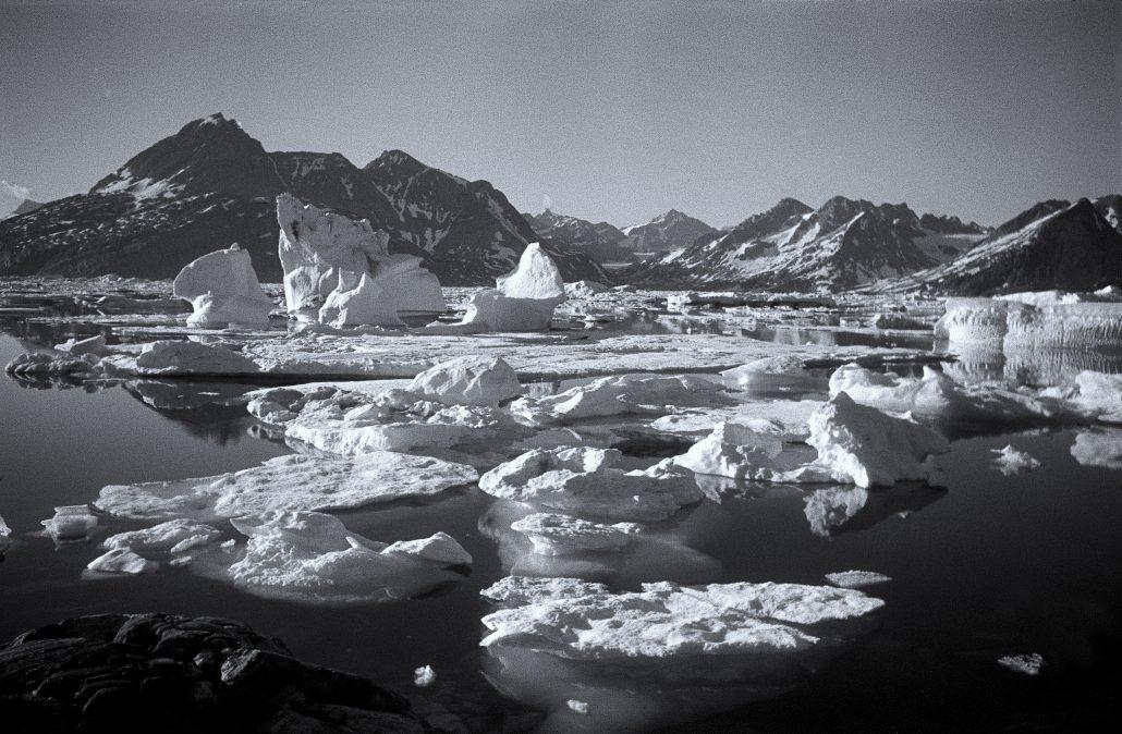 Photo Paul-Émile Victor © Rue des Archives Le fjord de Kangerdlugsuatsiak (côte est du Groenland), automne 1936.